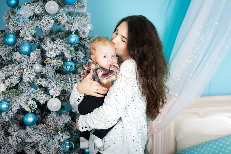 Szczęśliwa rodziny matka i dziecko mały syn bawić się do domu na Bożenarodzeniowych wakacjach Nowego Roku ` s wakacje Berbeć z ma fotografia royalty free