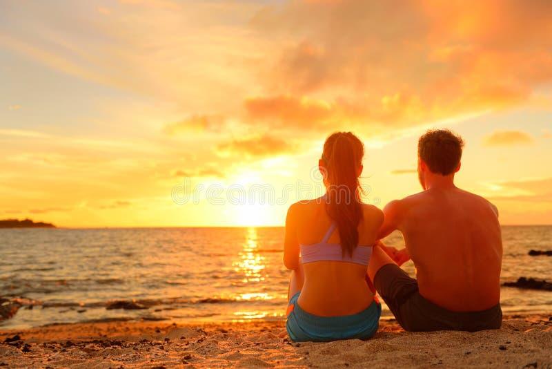 Download Szczęśliwa Romantyczna Para Cieszy Się Zmierzch Przy Plażą Obraz Stock - Obraz złożonej z piasek, honeymoon: 53777761