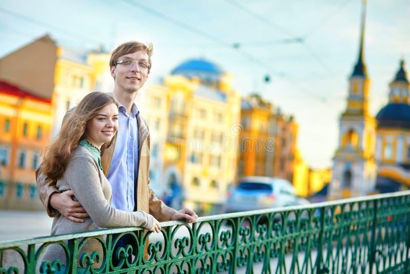 Szczęśliwa romantyczna para w St Petersburg wpólnie fotografia royalty free