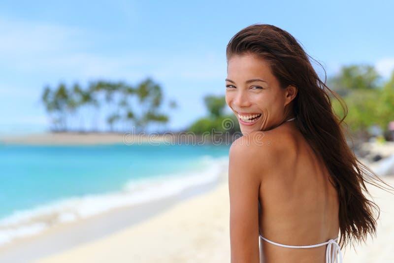 Szczęśliwa roześmiana Azjatycka dziewczyna na tropikalnej plażowej podróży obrazy stock