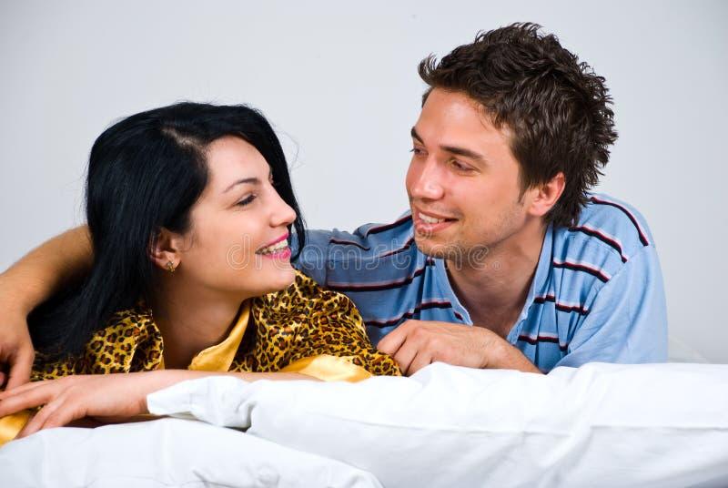 szczęśliwa rozmowy łóżkowa para obraz royalty free