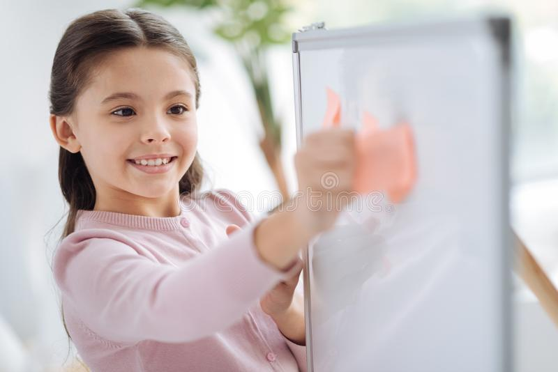 Szczęśliwa rozochocona dziewczyna trzyma kleistą notatkę obrazy stock