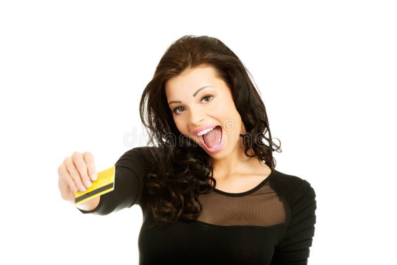 Szczęśliwa rozochocona kobieta trzyma kredytową kartę zdjęcie royalty free