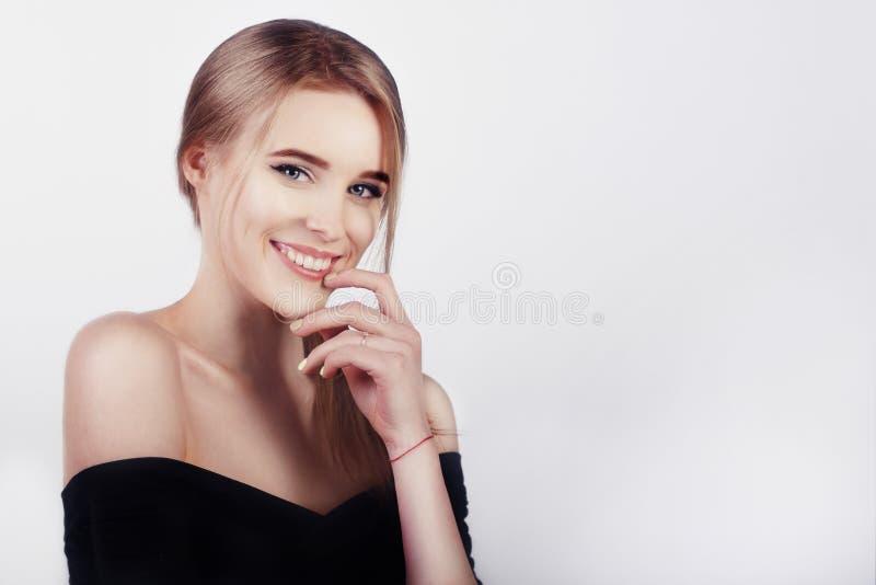 Szczęśliwa rozochocona młoda kobieta z perfect zębami i czysta skóra my uśmiechamy się Piękny szeroki uśmiech młoda świeża blondy obraz stock