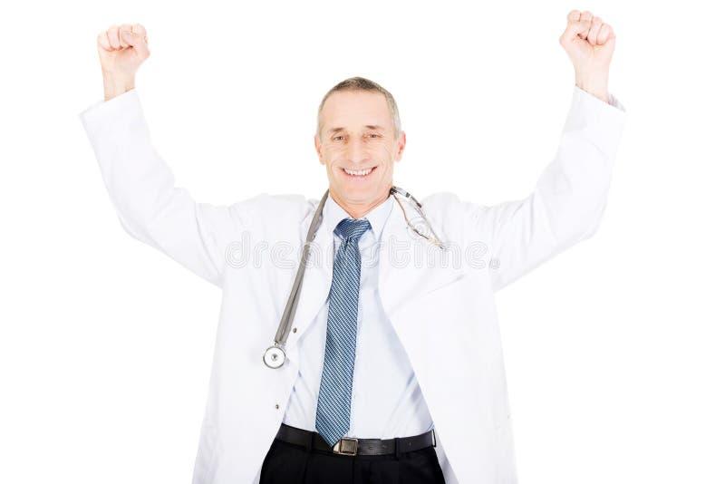Szczęśliwa rozochocona samiec lekarka z nastroszonymi rękami obraz royalty free
