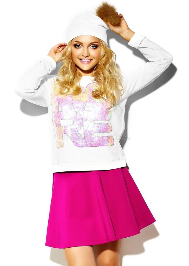 Szczęśliwa słodka śliczna uśmiechnięta blondynki dziewczyna w modnisiu odziewa obraz stock