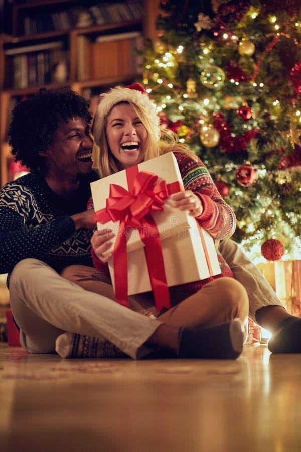 Szczęśliwa samiec i kobieta wymienia Bożenarodzeniowe teraźniejszość obrazy stock