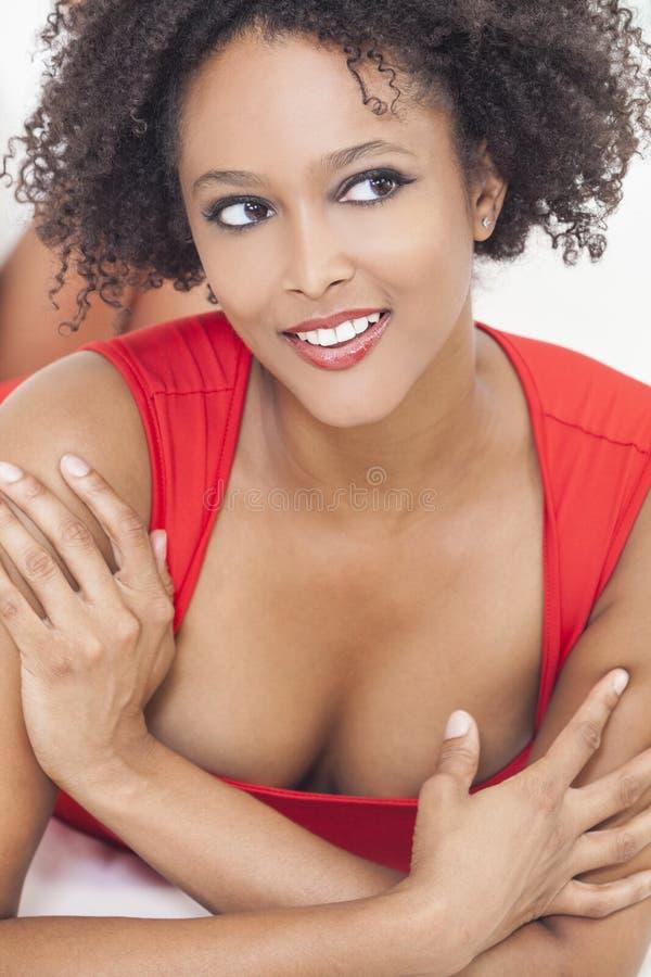 Szczęśliwa Seksowna Mieszana Biegowa amerykanin afrykańskiego pochodzenia dziewczyna zdjęcia royalty free