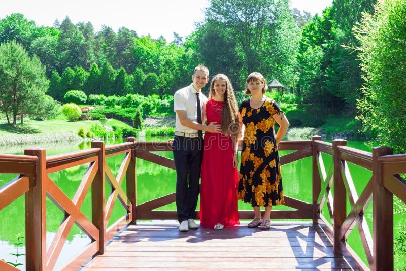 Szczęśliwa senior matka z dorosłym córki i syna spacerem w pięknym lecie uprawia ogródek obrazy stock