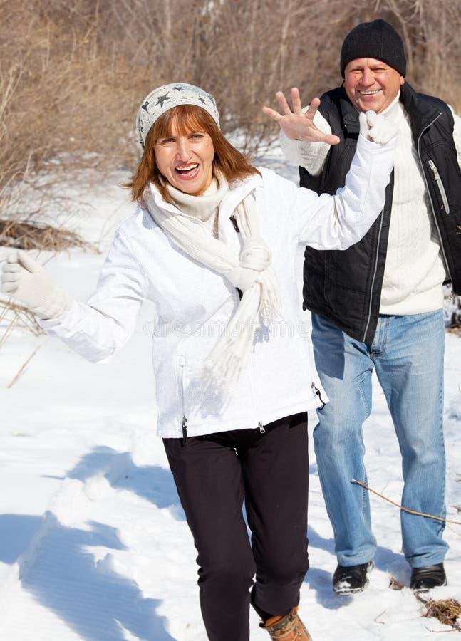 Szczęśliwa senior para w zima parku zdjęcie royalty free