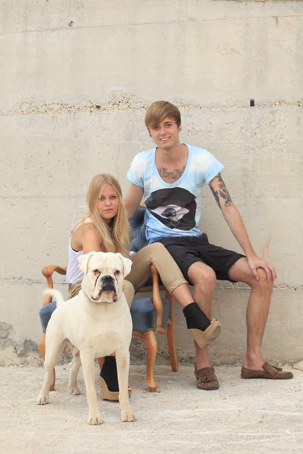 Szczęśliwy wieka dojrzewania dowcip ich pies fotografia royalty free