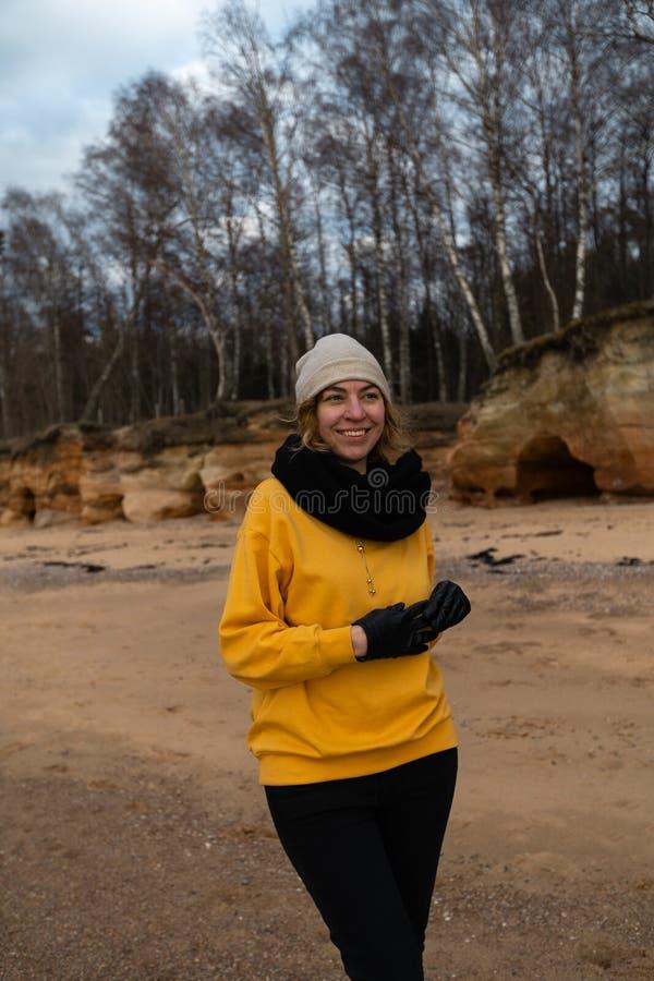 Szczęśliwa sporta, mody kochanka entuzjasta opracowywa na plaży jest ubranym i obrazy stock