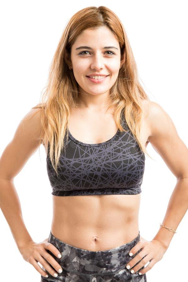 Szczęśliwa sportowa kobieta z abs fotografia royalty free