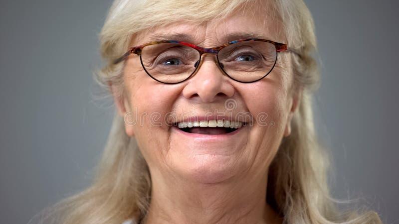 Szczęśliwa stara dama jest ubranym eyeglasses, pojęcie okulistyka, wzrok problemy fotografia royalty free