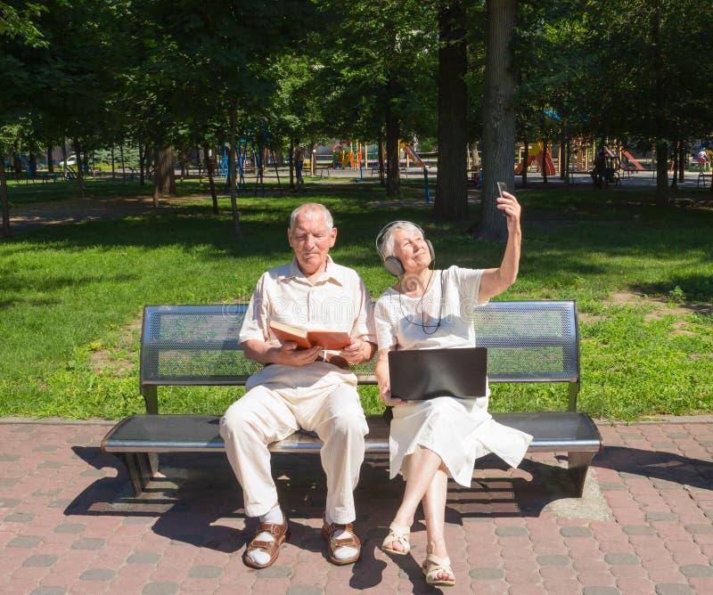 Szczęśliwa stara para w lecie na spacerze zdjęcie royalty free