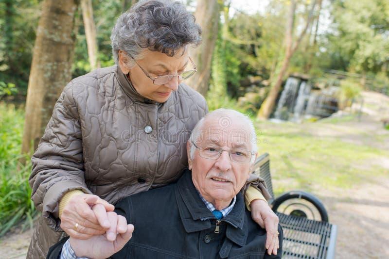Szczęśliwa stara para w lecie na spacerze obrazy royalty free