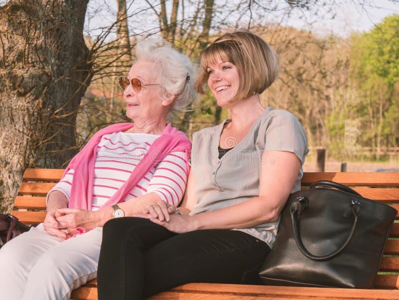 Szczęśliwa starsza dama z wnuczką obrazy stock