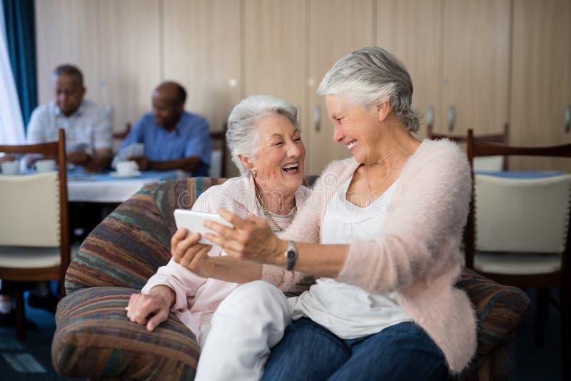 Szczęśliwa starsza kobieta bierze selfie przez telefonu komórkowego zdjęcie stock