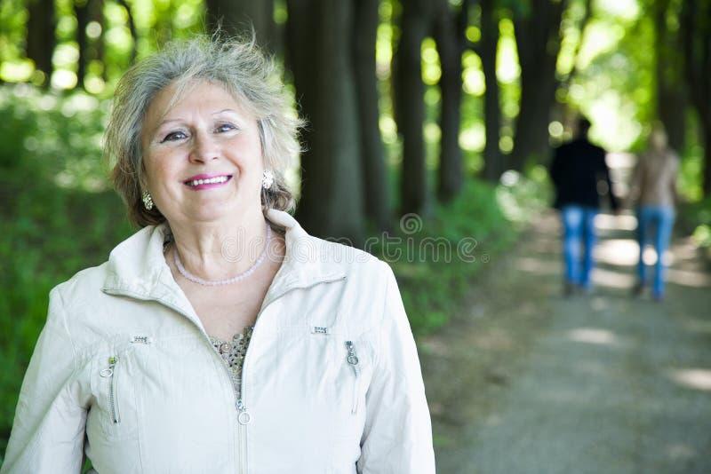 Szczęśliwa starsza kobieta i odprowadzenie para obrazy stock