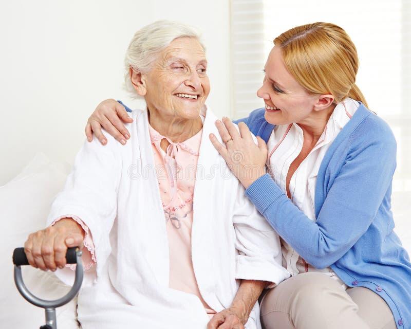 Szczęśliwa starsza kobieta patrzeje obrazy royalty free