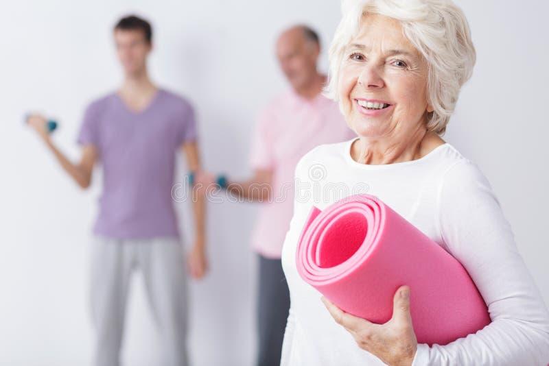 Szczęśliwa starsza kobieta przy gym zdjęcie royalty free