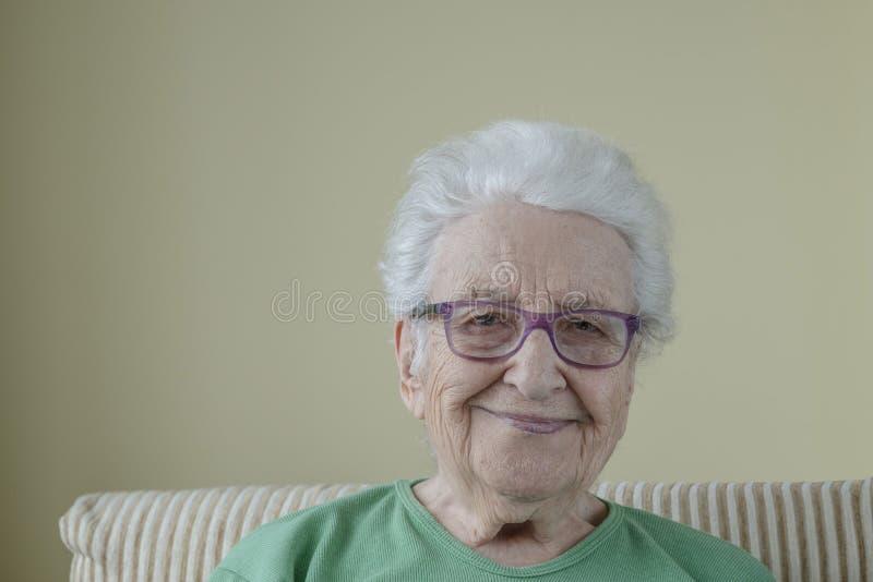Szczęśliwa starsza kobieta w okularach zdjęcie royalty free