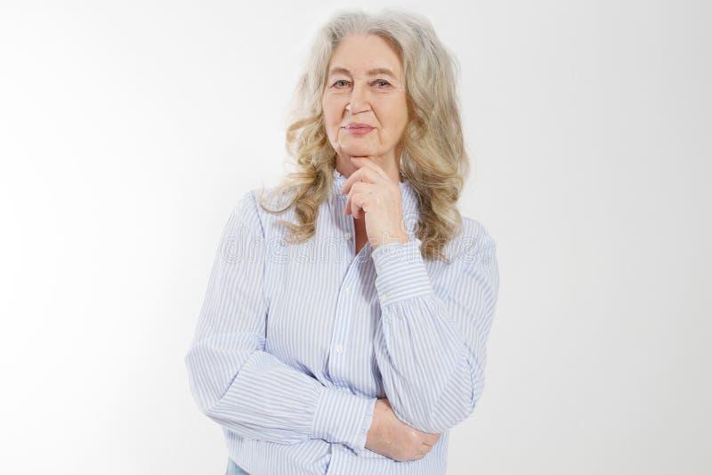 Szczęśliwa starsza kobieta z krzyżować rękami odizolowywać na białym tle Pozytywny starszy seniora życia utrzymanie i europejski  obraz stock