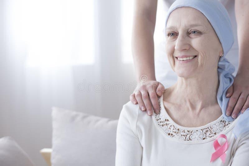 Szczęśliwa starsza kobieta z nowotworem obrazy royalty free