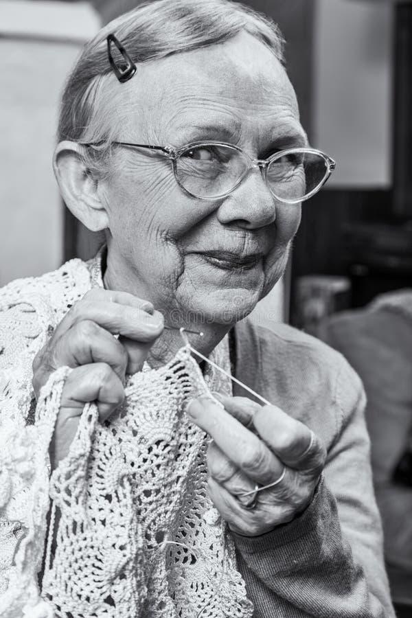 Szczęśliwa Starsza kobieta z Szydełkowym zdjęcia stock