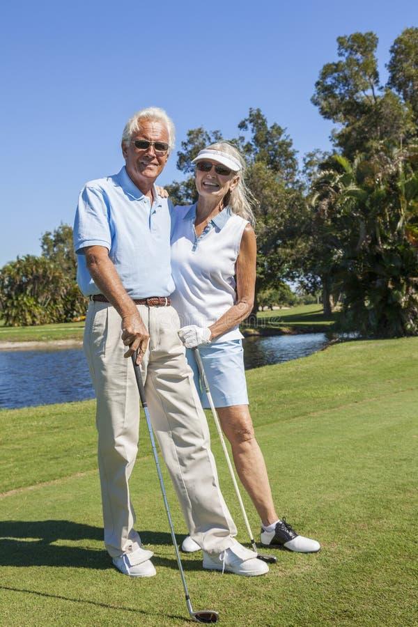 Szczęśliwa Starsza para Bawić się golfa obraz royalty free