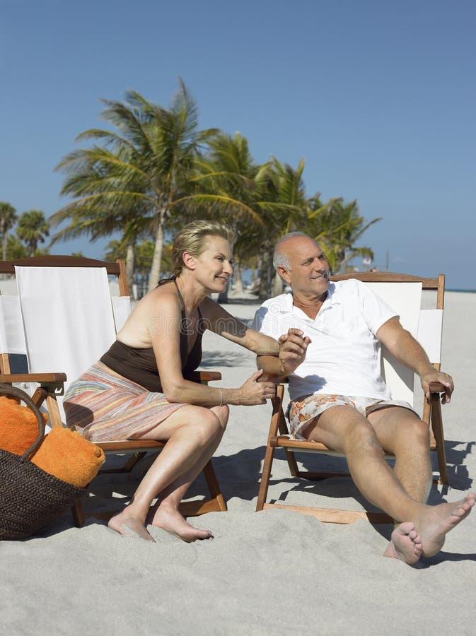 Szczęśliwa Starsza para Na Deckchairs Przy plażą fotografia stock