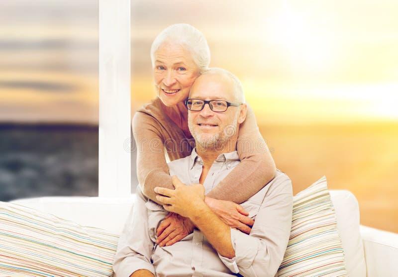 Szczęśliwa starsza para nad zmierzchu tłem zdjęcia royalty free