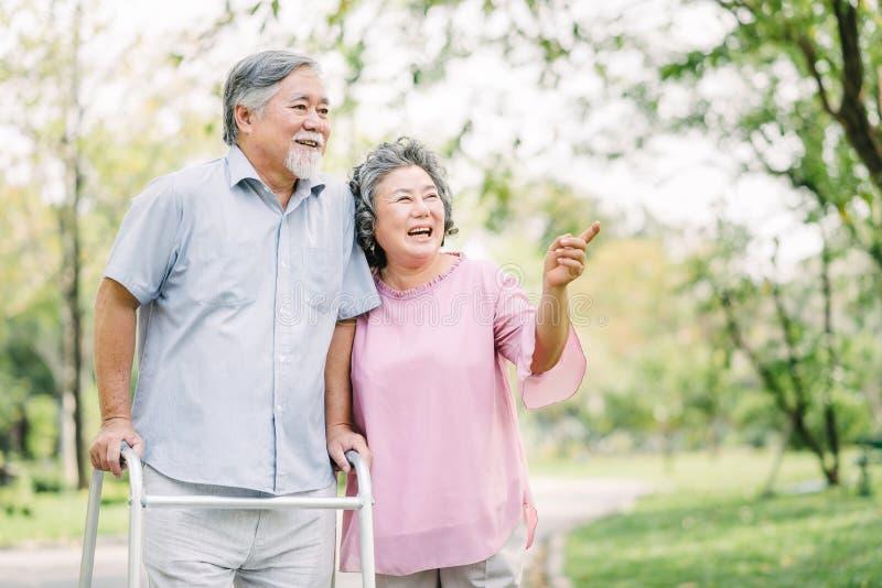 Szczęśliwa starsza para opowiada spacer z piechurem zdjęcia stock