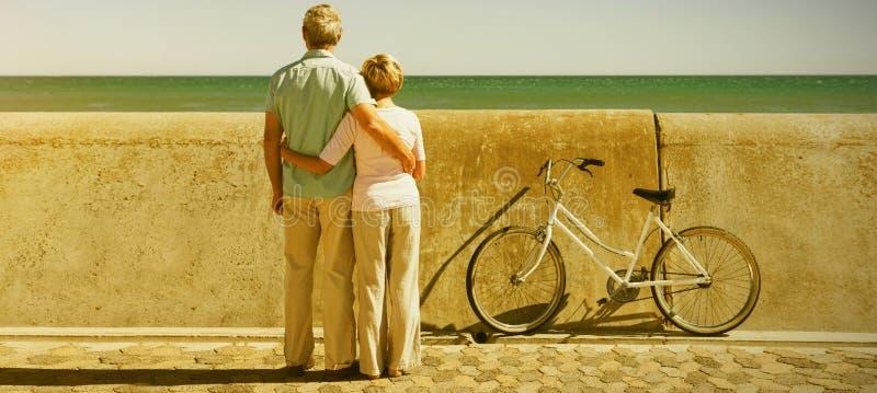 Szczęśliwa starsza para przyglądająca morze out obrazy royalty free