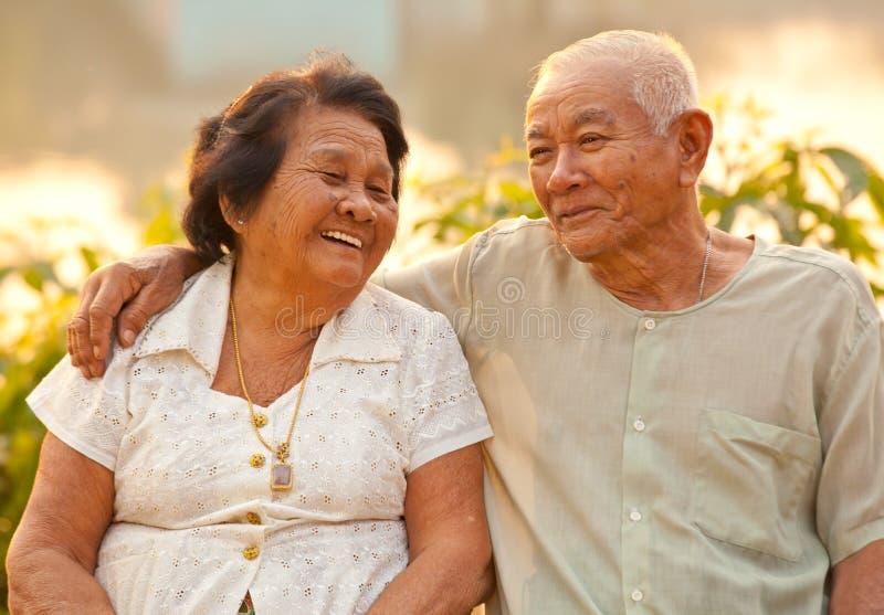 Szczęśliwa Starsza para siedzi outdoors obraz stock