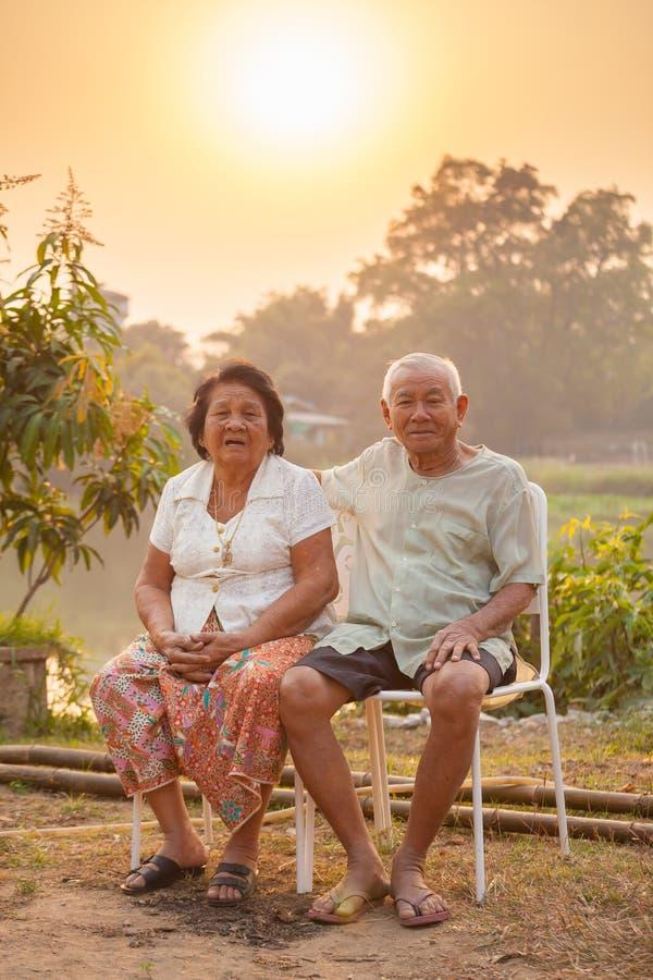 Szczęśliwa Starsza para siedzi outdoors obraz royalty free