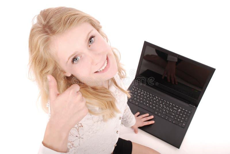 Szczęśliwa studencka nastoletnia dziewczyna z laptopem Siedzący z ukosa i mienie kciuk up obraz royalty free