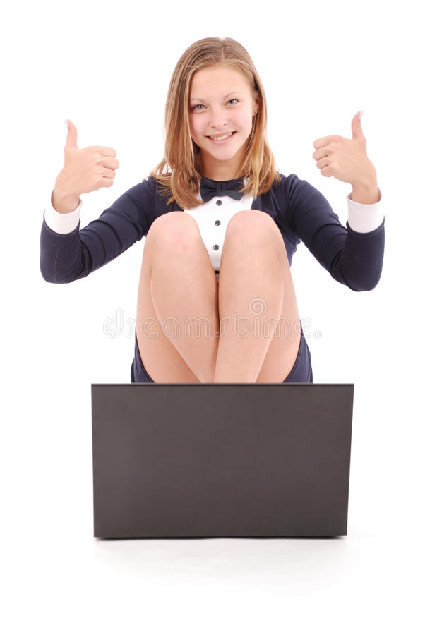 Szczęśliwa studencka nastoletnia dziewczyna z laptopu mienia kciukiem up obraz royalty free