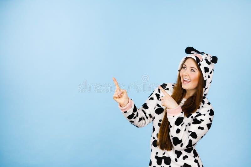 Szczęśliwa szalona kobieta w krowa kostiumu fotografia royalty free