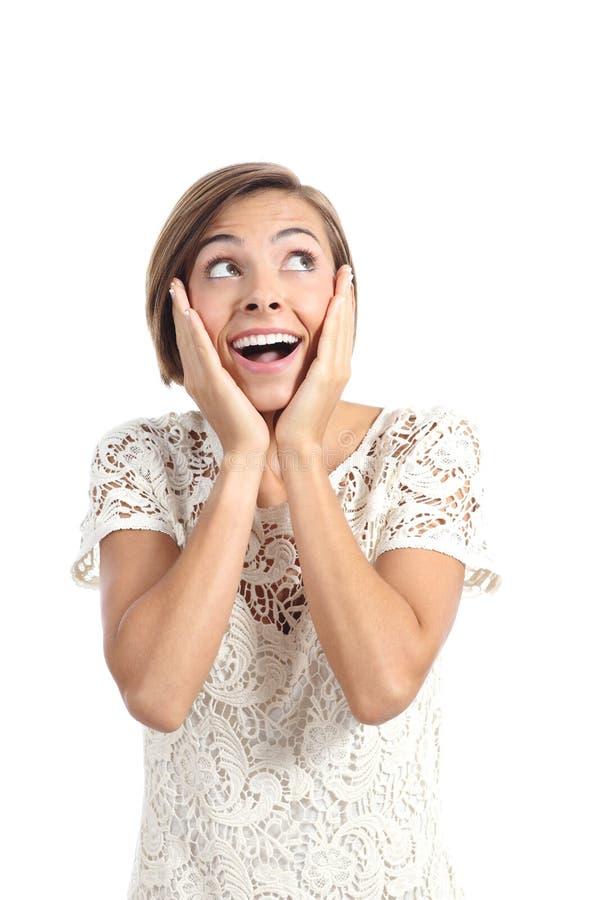 Szczęśliwa szokująca kobieta patrzeje stronę z rękami na twarzy obraz stock