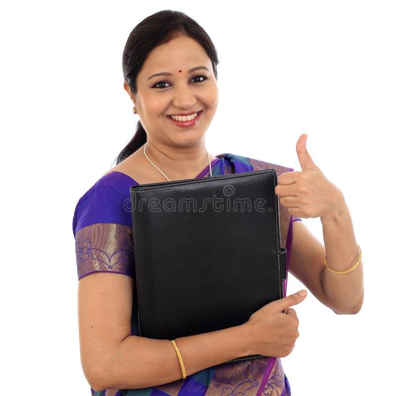 Szczęśliwa tradycyjna kobiety mienia falcówka fotografia stock