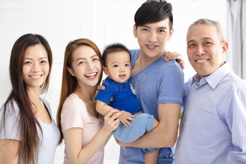 Szczęśliwa trzy pokoleń azjata rodzina obraz stock