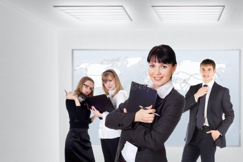 Szczęśliwa uśmiechnięta biznes drużyna stoi z rzędu przy biurem zdjęcie stock