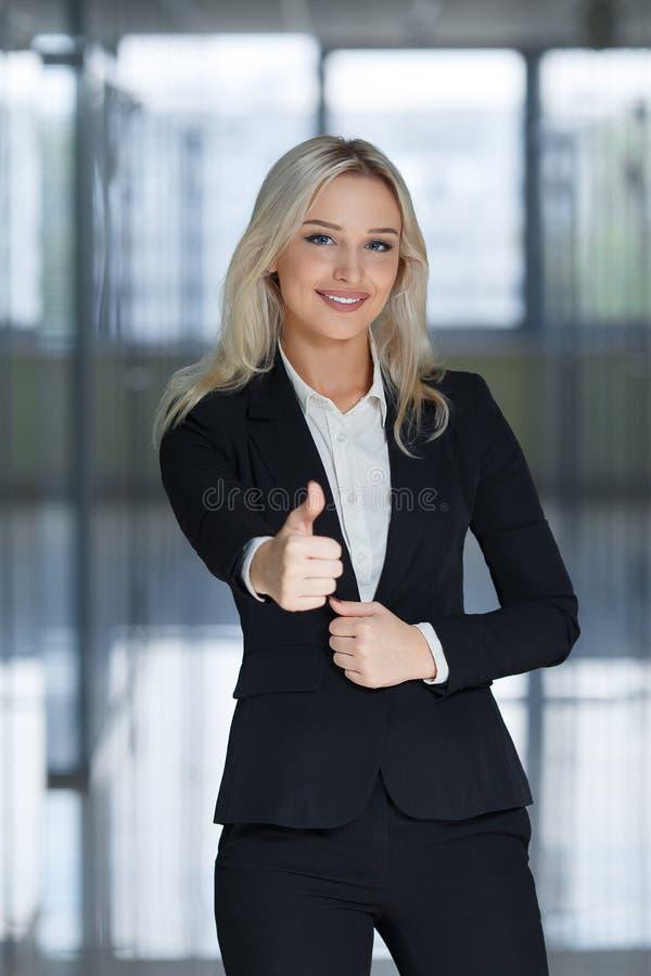Szczęśliwa uśmiechnięta biznesowa kobieta z ok ręką podpisuje up obrazy stock
