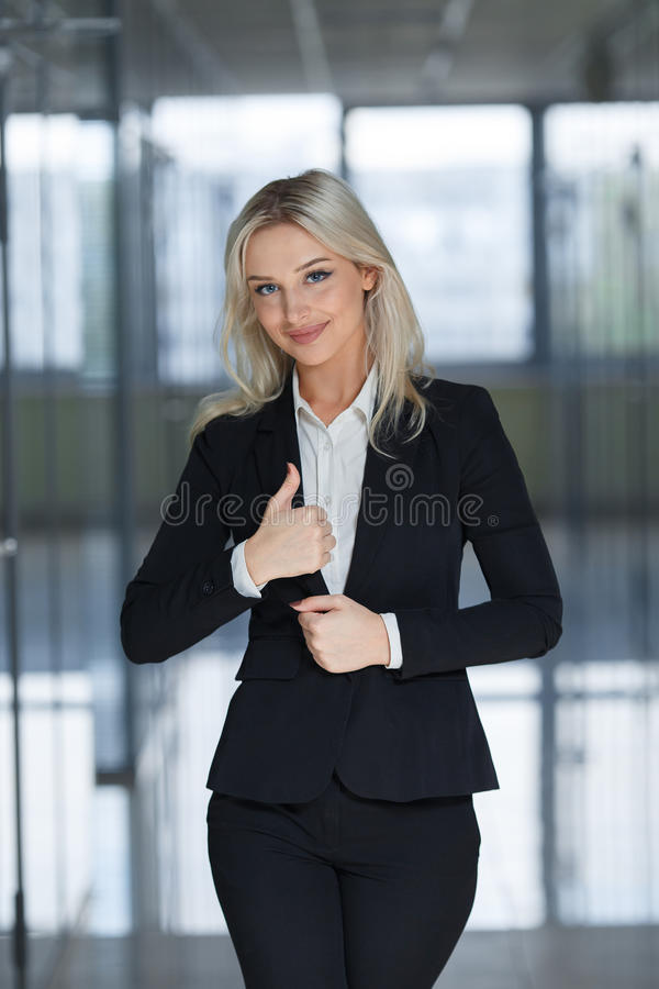 Szczęśliwa uśmiechnięta biznesowa kobieta z ok ręka znakiem fotografia stock