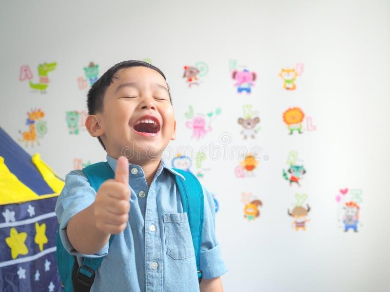 Szczęśliwa uśmiechnięta chłopiec z pokazywać aprobaty zdjęcia royalty free