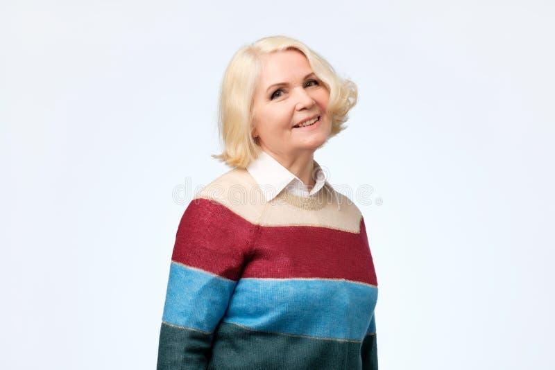 Szczęśliwa uśmiechnięta dojrzała blondynki kobieta w jej lata sześćdziesiąte fotografia stock
