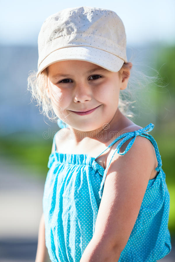 Szczęśliwa uśmiechnięta dziewczyna w błękit nakrętce i sukni obrazy royalty free