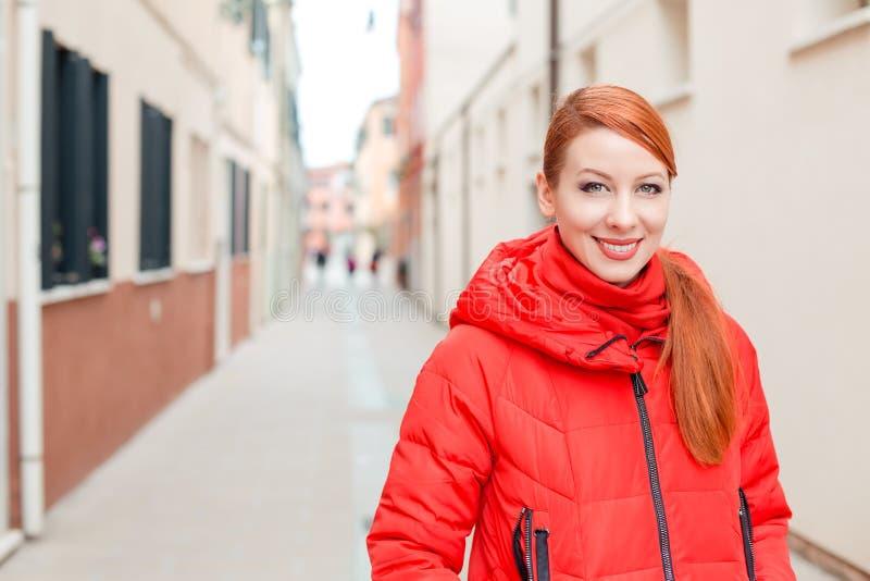 Szczęśliwa uśmiechnięta dziewczyna w Murano wyspie, Wenecja, Włochy zdjęcia royalty free