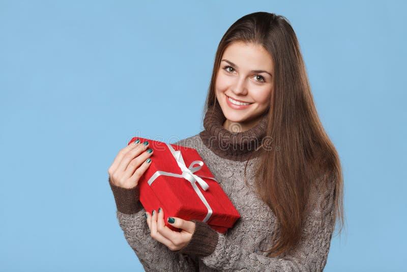 Szczęśliwa uśmiechnięta dziewczyna w podnieceniu z Bożenarodzeniowym pudełkiem obrazy royalty free